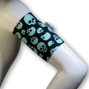 Easy arm band (green skulls)
